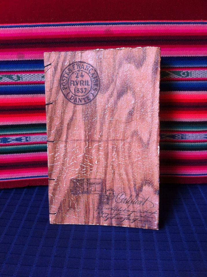 Cuaderno cosido a mano con técnica copto. Diseño de tapa símil madera, hojas blancas lisas.