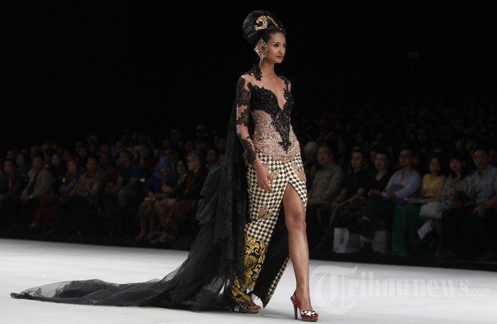 Model memperagakan busana rancangan Anne Avantie bertema Legong Srimpi pada Indonesia Fashion Week 2014 di Jakarta Convention Center (JCC),… #1036252