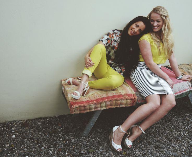 #Lot7 collectie #lente2015. Relaxen in de tuin. Gele broek met print top en beige hooggehakte sandalen. Zwart-wit gestreepte rok met gele blouse en witte kanten sleehakken met gekleurde strepen. #fashion