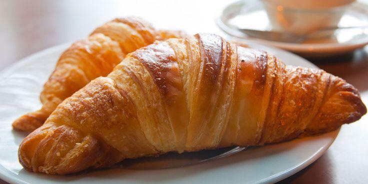 Stel dat je zin hebt in wat lekkers bij het ontbijt of de lunch, maar ookop de lijn let, wat kun je dan beter kiezen: een croissant of een krentenbol? Krentenbollen en croissants staan niet in de Schijf van Vijf van het Voedingscentrum. Beide broodproducten vallenonder de'weekkeuze': dit betekent dat je ze beter niet dagelijks…
