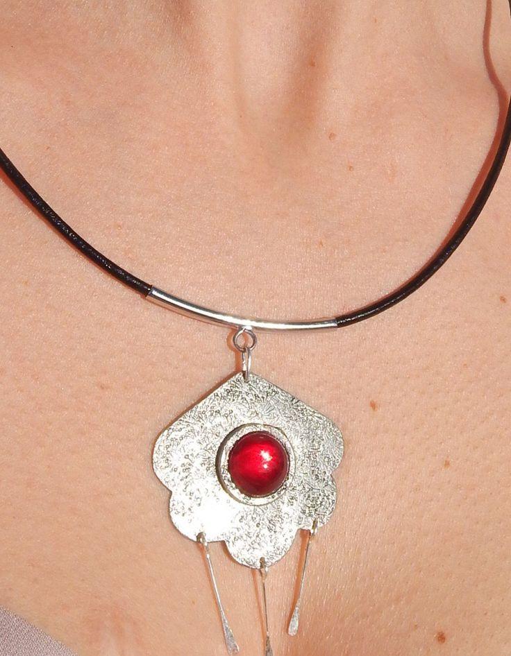"""Collier """"Nuage"""" argenté cabochon serti rouge rubis : Collier par bijou-lie"""
