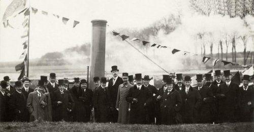 Onbekend | Steden en dorpen, kanalen. Opening van het Wilhelminakanaal in Noord-Brabant. De hoogwaardigheidsbekleders, een groep mannen met hoge hoeden, op een stoomboot met vlaggetjes versierd. Noord-Brabant, Nederland, 1919.