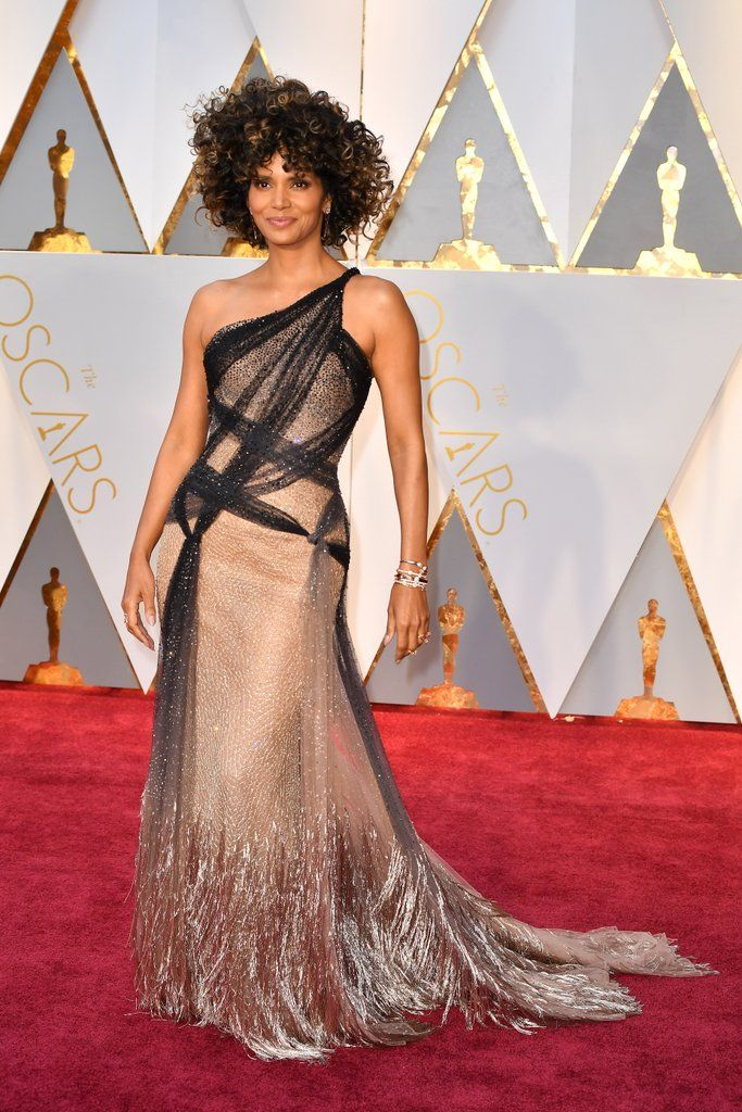 Halle Berry at the 2017 Oscars in Atelier Versace