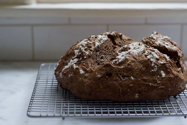 Είναι ψωμί με ιδιαίτερη γεύση και άρωμα. Σας συνιστώ να το απολαύσετε με λευκά μαλακά τυριά, με καπνιστό σολομό αλλά και για πρωινό, με βούτυρο και μαρμελάδα. Είναι όμως κι από μόνο του ένα ξεχωριστό κολατσιό.