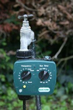 Programmateur installé sur un robinet pour l'arrosage du jardin