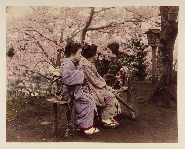 Drei japanische Frauen vor Kirschbaum | Tamamura Kōzaburō | 1880-1890 | Museum für Kunst und Gewerbe Hamburg | CC0