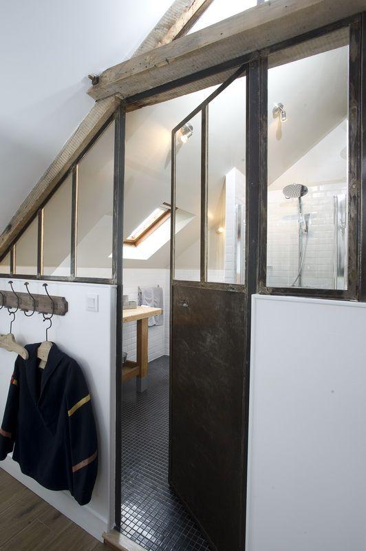Un mini loft industriel sous les toits en Normandie, et une jolie verrière intérieure qui sépare la salle de bain du reste de l'appartement