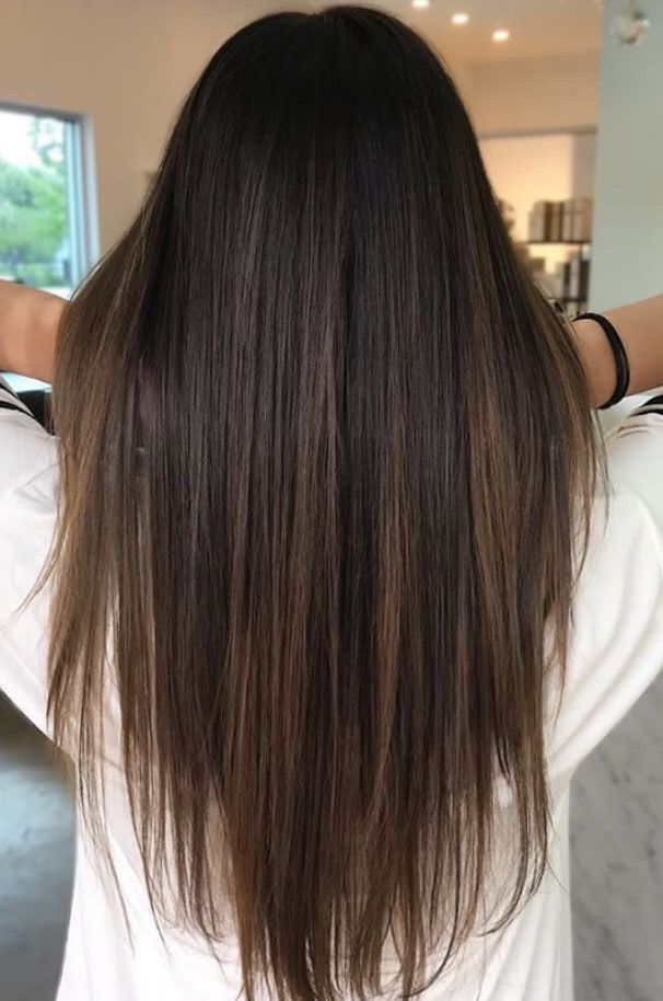 Brunette balayage ; straight hair ; brown highlights ; long hair