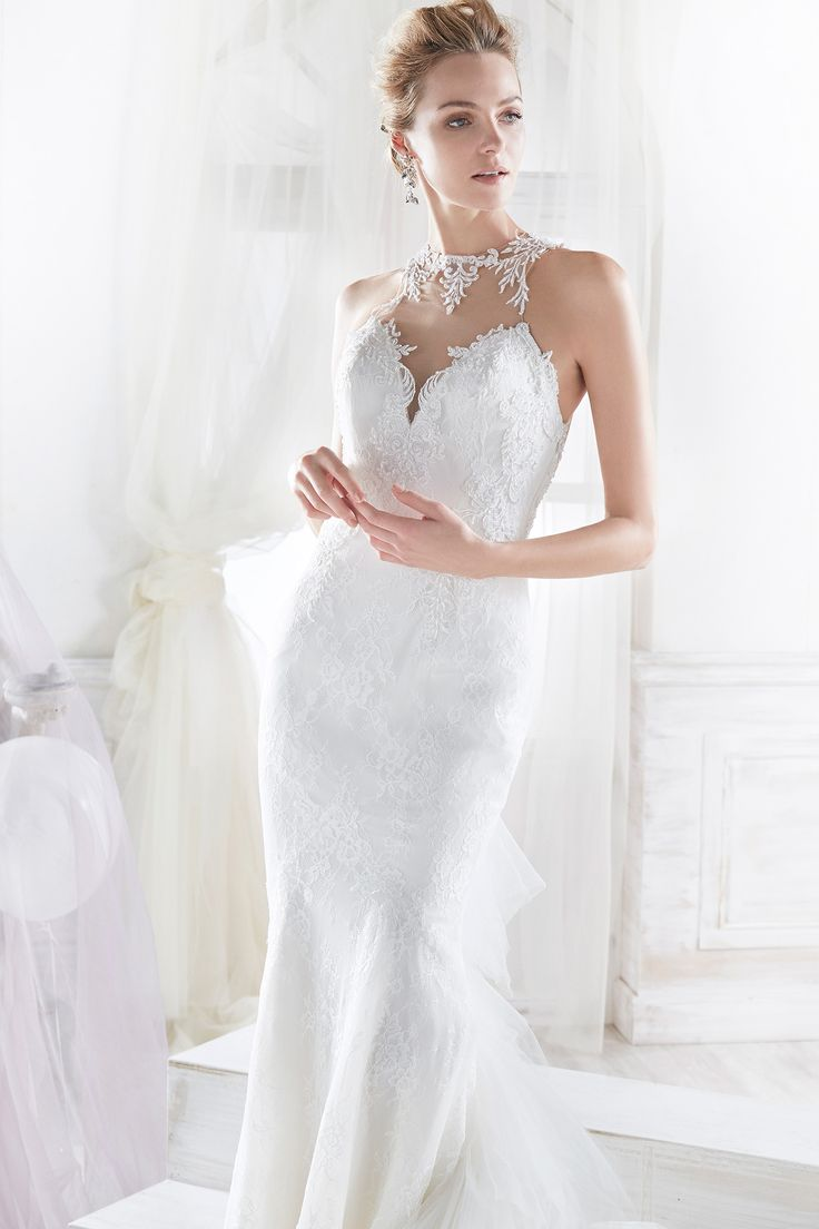 Extremely poetic white mermaid dress in tulle and full chantilly lace, decorated with macrame rebrode lace.