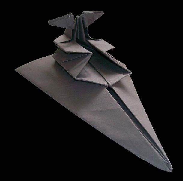 """L'anglais Martin Hunt a décidé de recréer les différents vaisseaux de la saga Star Wars en origami pour son projet personnel """"Starwarigami"""". Bien qu'il ex"""
