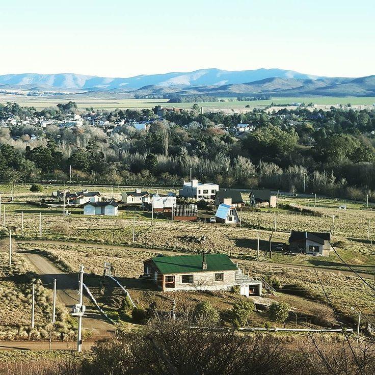 Y ahí está el pueblito hermoso de #SierraDeLaVentana pacífico tranquilo esperando el atardecer. Las sierras de testigo. Nosotros desde el #CerroDelAmor con un viento que acomoda las ideas... felices de estar ahí.  #BuenosAires #Ventania #Montañas #Argentina360 #Argentina #train #tren #Sierras #paisajes #travelblogger #comuviajera #travel #instatravel #photooftheday #picoftheday #instatraveling #igtravel #instago #lifestyle #mytravelgram #travelphoto #wanderlust #traveltheworld #world…