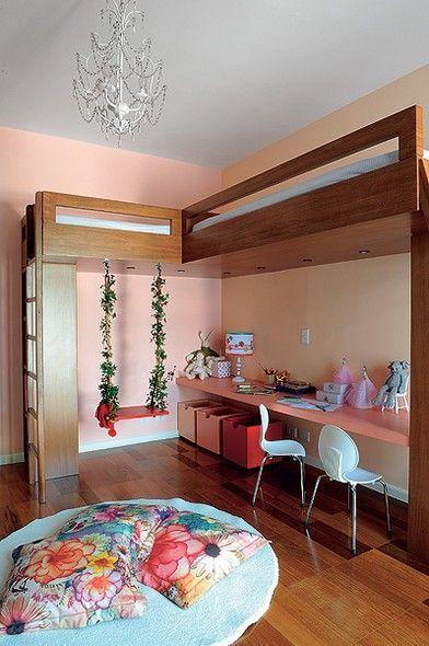 Duas camas foram estrategicamente posicionadas pela arquiteta Andrea Reis. Agora sobra espaço para as duas meninas, donas do quarto, brincarem à vontade