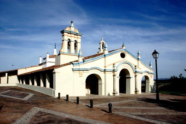 En la Puebla de Argeme, un pueblo de colonización perteneciente a Coria, en el Valle cacereño del Alagón, se encuentra esta bonita ermita dedicada a la Virgen de Argeme. Es un lugar ideal para organizar un picnic o barbacoa.
