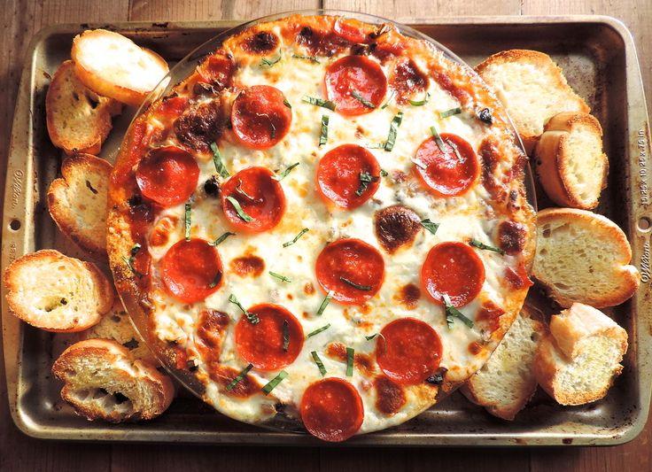 Ένα αμερικάνικο φαγητό που όλοι αγαπάμε και μισούμε ταυτοχρόνως. Κανείς δεν μπορεί να αντισταθεί σε ένα Pizza Dip που μόλις βγήκε από το φούρνο
