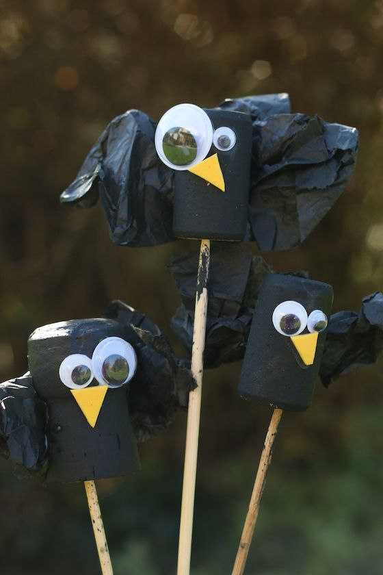 Wine Cork Crows - cute and easy fall craft for kids. Great for a puppet theatre, haunted house craft, table toppers or just for play - Happy Hooligans