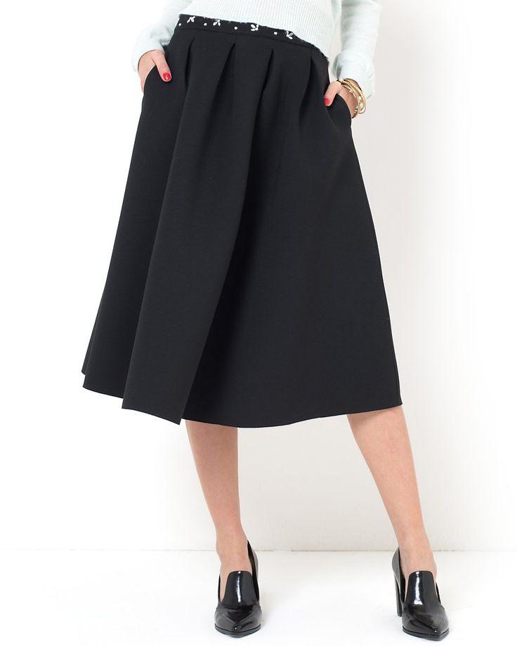 Mademoiselle R Kjol med veck upptill Midikjol med hög midja och smyckeapplikation på linningen. Kjolen har sidfickor och dragkedja bak. Neopren i 55% polyester, 25% viskos, 13% polyamid, 7% elastan. Längd 70 cm.