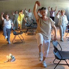 L'exercice aide à diminuer le risque de chutes chez les personnes âgées