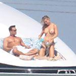 Modelo Joanna Krupa é clicada fazendo topless em iate