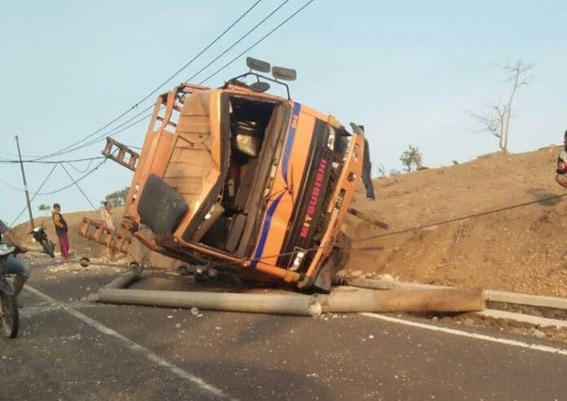 Tragedi Mobil Tabrak Tiang Listrik Di Jalan Caringin Rancabuaya Mobil Listrik Pedesaan