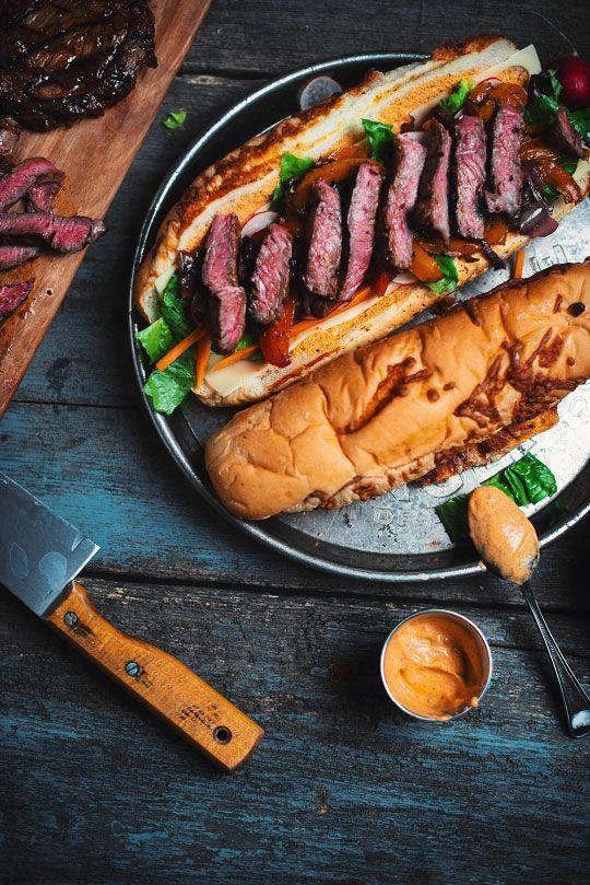 #steak #boeuf #contrefilet #saucebbq #oignon #poivron #herbesdeprovence #vinaigrebalsamique #pain #sousmarin #fromage #montereyjack #cheddar #mozzarella #laitue #carotte #radis #mayo mayonnaise #sriracha #paprika #ail #ketchup #bière #miel #cassonade #mélasse #moutardededijon #dijon #vinaigredevinrouge #worcestershire #origan #chipotle #automne #hiver #américan #québécois #aufour #comfortfood #party #souper #sandwich #viande