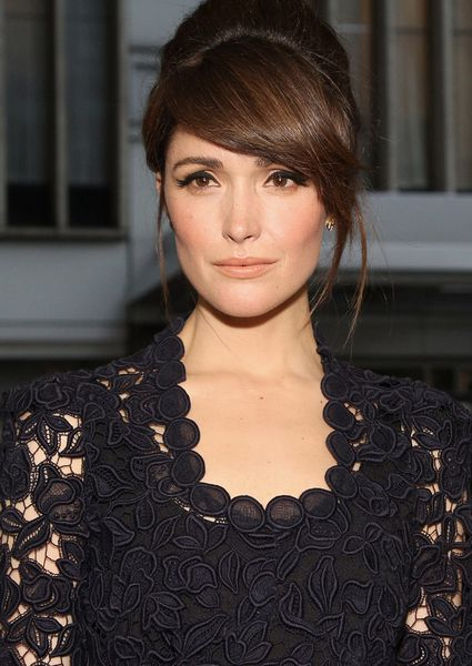 A glam but simple '60s inspired bouffant and winged eye liner / nude lip combo on girl crush, Rose Byrne.
