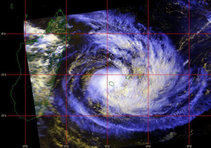 Il y a 28 ans - Des rafales qui ont dépassé les 200 kilomètres/heure dans le Nord et l'Est de l'île. Des pluies tellement intenses que les hauteurs d'eau cumulées ont explosé les records enregistrés lors du passage dévastateur du « cyclone Hyacinthe » en 1980. Un vendredi 13 qui est resté marqué dans les mémoires et dont le bilan est lourd : 7 morts, deux disparus, des milliers de sinistrés.