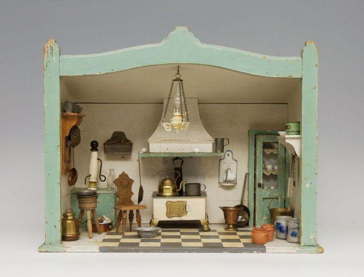 Rauchfangküche, um 1900, Massivholzgehäuse farbig gefaßt, mit eingebautem verglastenWandschrank u — Spielzeug, Puppe, Puppenstube, Steiff, Blech, Blechspielzeug, Märklin, Eisenbahn, Spur 0, Teddy