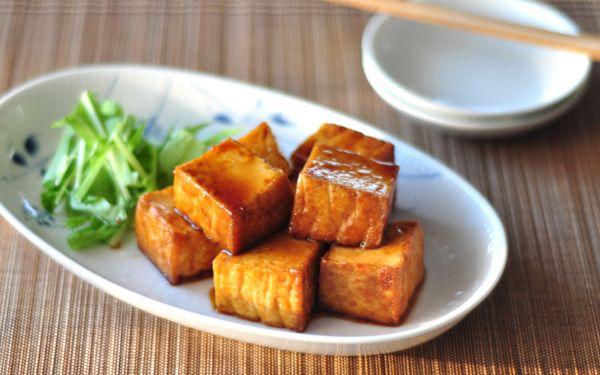 豆腐と厚揚げだったら、どちらのほうをよく食べますか? たぶん、豆腐という方が多いかと思います。豆腐は言わずと知れた健康食材。ヘルシーで、もちろん栄養も豊富です。でも実は、鉄分、カルシウムは厚揚げの方が多く、豆腐の約3倍も含まれているんです。 鉄分、カルシウムは女性が積極的にとりたい栄養素。とくに妊婦さんやお子さんは日々意識してもらいたいと思っています。これがリーズナブルに、しかも簡単にとれるのが厚揚げなのです。 炒め物や煮物、スープなど、私は厚揚げをよく料理に使います。たんぱくな味なので、意外と何にでもマッチするのです。 「厚揚げというと、お味噌汁に使うくらい」という方、まずはぜひ麻婆豆腐の豆腐の代わりに使ってみてください。煮崩れせず、食べごたえも増すのでおすすめです。 さて、今回ご紹介するのは、私が妊娠中にお気に入りだったメニュー。厚揚げを照り焼きにするのは、なじみがないかもしれませんが、ちょっと濃いめの甘辛味は、ご飯がすすむ味。今では子どもの栄養補給に、朝食でよく食べるメニューになっています。 ■厚揚げの照り焼き レシピ制作:管理栄養士 長 有里子…