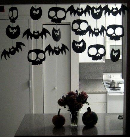 Móbile de morcegos e caveiras