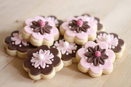 Dies sind die Teige, mit denen ich ausgestochene Kekse machen. Sie sind angelehnt an das 1-2-3 Keksrezept meiner Schwiegerma und dem Rezept fuer Sugar Cookies von The Decorated Cookie. Schokokekse…