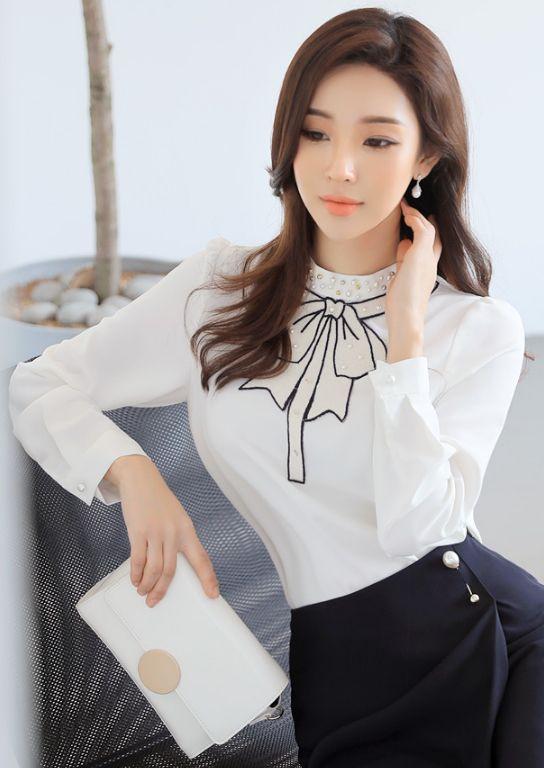 StyleOnme_Round Metal Buckle Shoulder Bag #white #shoulderbag #clutch #cute #elegant #pretty #koreanfashion #feminine #dailylook