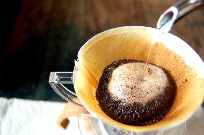 ホットコーヒーがおいしい季節になって来ました。淹れたてをいただく、贅沢なひととき…最高ですね♪ そんなコーヒーを淹れたあとに必ず出る、コーヒーかす、どうされていますか? 捨ててしまうのはもったいない!!実は、様々な事に再利用できる、エコアイテムなのです。 どんな事に使えるのか、以下でご紹介します。