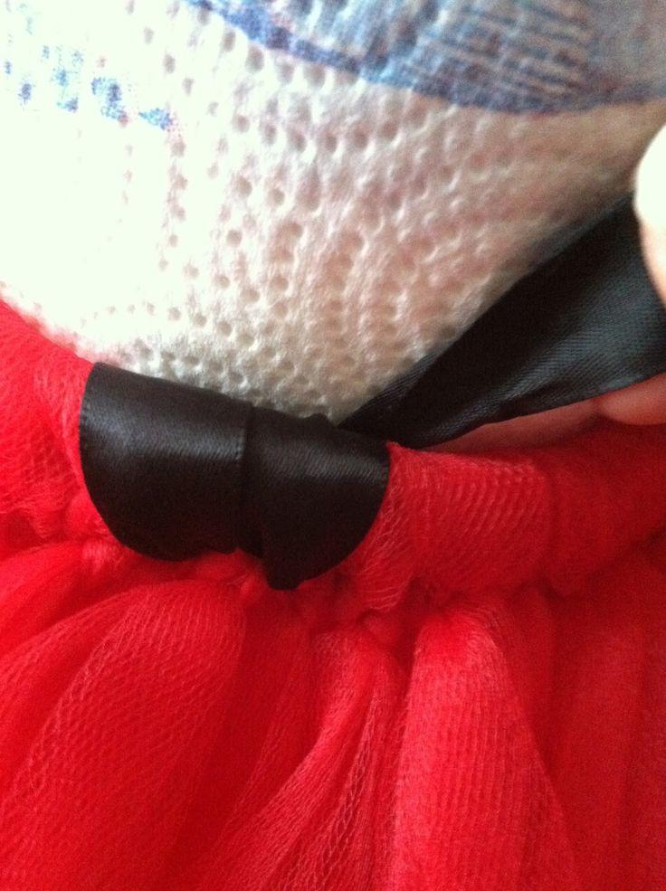 女の子のハロウィン仮装でも定番の『ミニーちゃん』。小さい子から大人まで幅広く人気がありますね。人気なだけあって仮装の衣装がかぶることも多いのが残念なところ。そこで今年はミニーちゃんの衣装を手作りしてみませんか?ミシンも裁