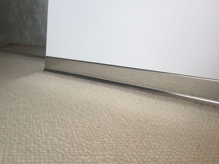 Plinta din inox lucios montata intr-o locuinta privata din Bucuresti. Inaltime plinta 6cm, Lungime 2m www.supertechmaterials.ro