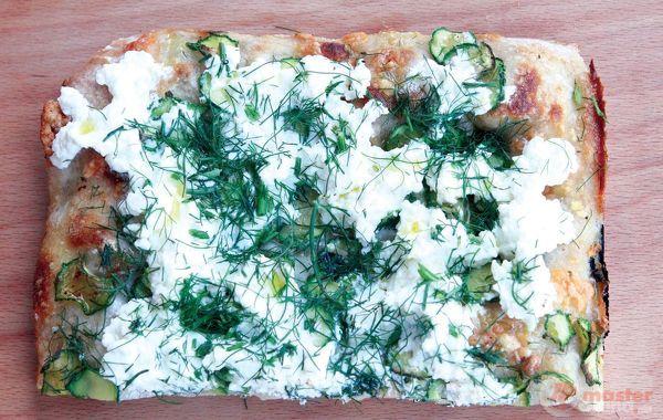 trancio di pizza con zucchine, ricotta e finocchietto selvatico