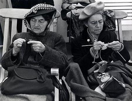 Ilse Bing: Two Women Knitting (1947).
