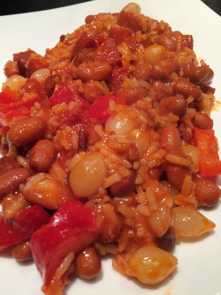 Rijst met Bruine bonen Deze snelle&makkelijke maaltijd is één van mijn lievelingskostjes. Dit recept is oorspronkelijk van mijn moeder en misschien vind je de combi gek maar het is overheerlijk. Deze bruine bonen met rijst gaat er bij iedereen in als zoete koek. De zilveruitjes, salami en paprika maken het gerecht helemaal af