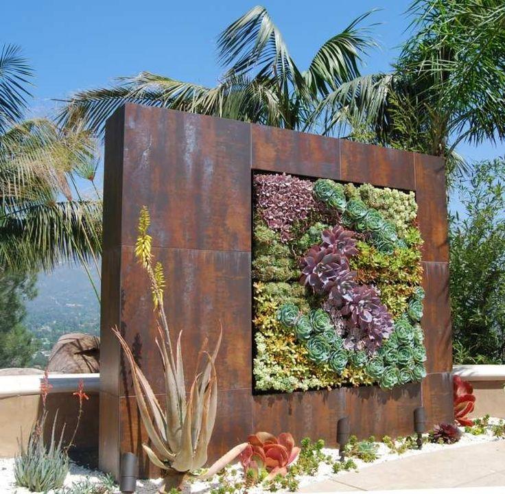 vertikaler Garten mit Sukkulenten-Sorten aus Rost