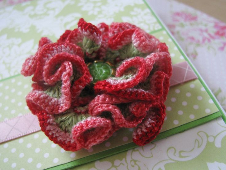 Flower fragrance - přání Přání je vytvořeno z kvalitních SB papírů. Je dekorováno stužkou, kamínky a odnímatelným háčkovaným květem - broží. Brož je opatřena brožovým můstkem.