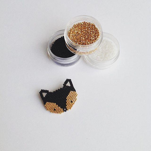 Petit renard précieux - Broche en perles Miyuki tissée en brick stitch d'après un motif créé par @fifijolipois #perlesandco #miyuki