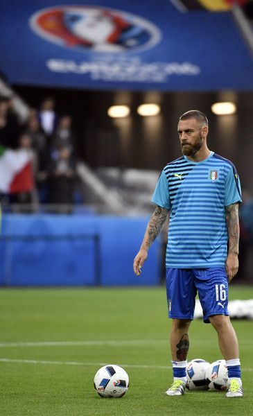 Italy's midfielder Daniele De Rossi warms up ahead of the start of the Euro 2016 group E football match between Belgium and Italy at the Parc Olympique Lyonnais stadium in Lyon on June 13, 2016. / AFP / jeff pachoud