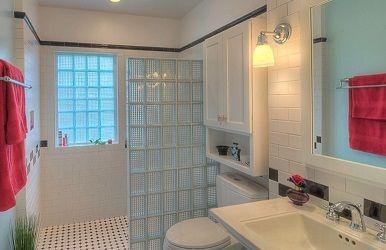 Baño con ventana y muro de ducha de pavés