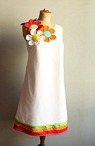 robe fille~ I'd love to make something like this with maybe just one flower and lower neckline and maybe with Rasta colors! But this is so cute as is, as well.