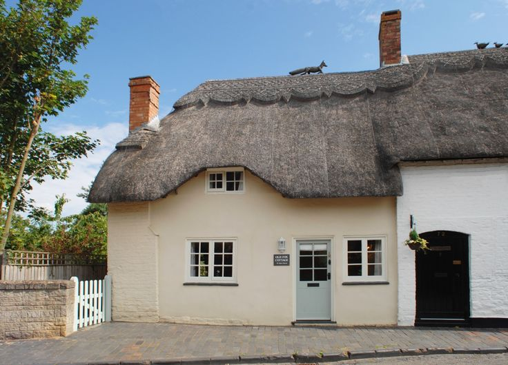 ♕ Old Fox Cottage, Cotswolds ~ if you look closely, you'll see 'Old Foxy' chasing the ducks on the roof