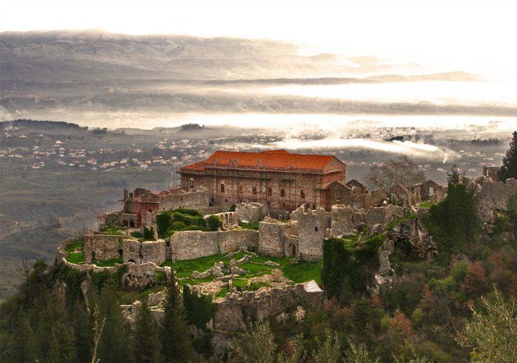 Mystras, Grécia A arquitetura de Mystras é marcada por uma forte influência do Império Bizantino, sem deixar de se infiltrar no meio de outras culturas influentes, como dos venezianos e turcos. As ruínas medievais que restam até hoje são protegidas pela UNESCO.
