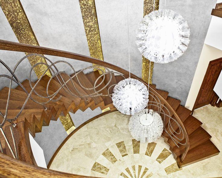 www.trabczynski.com ST810 Łukowe schody dywanowe wykonane z barwionego dębu. Balustrada z ręcznie kutej stali z drewnianymi pochwytami. Realizacja wykonana w domu prywatnym , projekt – TRĄBCZYŃSKI / ST810 Łukowe schody dywanowe wykonane z barwionego dębu. Balustrada z ręcznie kutej stali z drewnianymi pochwytami. Realizacja wykonana w domu prywatnym , projekt – TRĄBCZYŃSKI
