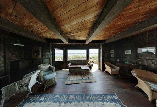 clingstone casa sobre la rocHenry Wood, que es un arquitecto con sede en Boston, había comprado la casa en 1961. Cuando la compro  estaba en un estado lamentable, con toda su ventanas rotas, los suelos podridos y cubierta de excrementos de paloma además con el techo en su mayoría caído...a