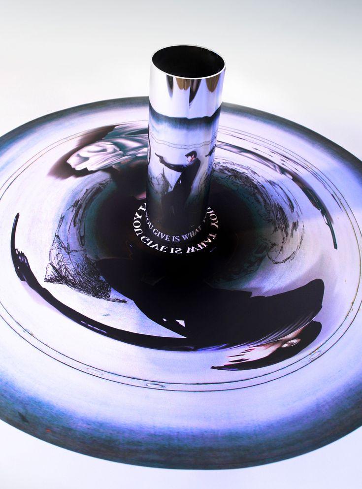 Die Technik: Als eine Anamorphose wird ein perspektivisch verzerrtes Bild bezeichnet. Der Betrachter kann es nur entschlüsseln indem er Hilfsmittel wie Zylinder oder Kegel mit spiegelnder Oberfläch...