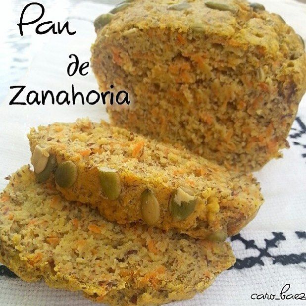PAN DE ZANAHORIA  Ingredientes: 1 taza de harina de arroz integral(sustituye por harina de avena o almendras) 1/2 taza de linaza molida  3/4 taza de zanahoria rallada  1/4 taza de Leche de linaza, almendras o la que usen baja en grasa  1/4 taza de pure de manzana s/azúcar  1/2 cdita de bicarbonato de sodio  1/2 cdita de polvo para hornear 1 cda de aceite de coco o canola  2 claras  1 huevo completo  1 pizca de sal  Semillas de calabaza (opcional)  Preparacion :  Si quieres que el pan sea…