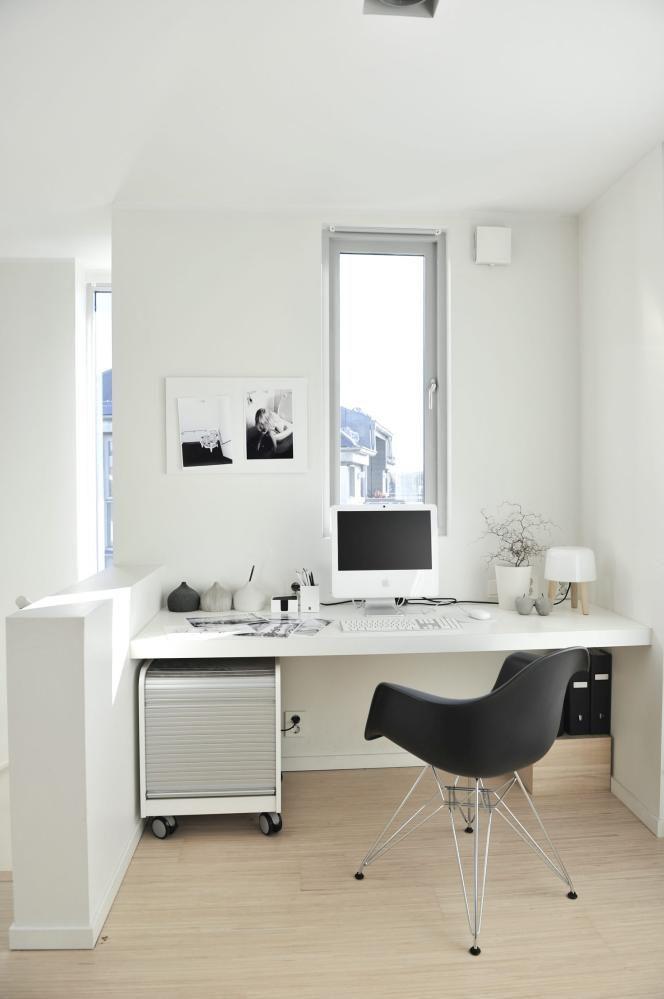SIN EGEN SONE: Beboer er glad i å fotografere, oghar sitt eget lille kreative hjørne i husets andre etasje.Den svarte stolen er fra Charles og Ray Eames, lampener fra Norm Architects. Bildene har hun tatt selv.